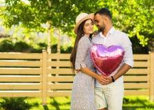 Couples dans l'amour en parc, style américain Photos stock