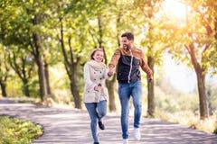 Couples dans l'amour en parc sur une promenade, fonctionnant Photographie stock libre de droits