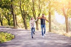 Couples dans l'amour en parc sur une promenade, fonctionnant Photo libre de droits