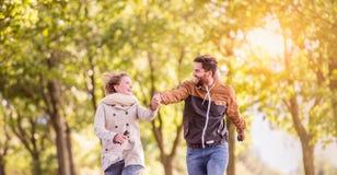 Couples dans l'amour en parc sur une promenade, fonctionnant Images libres de droits