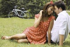 Couples dans l'amour en stationnement Photographie stock libre de droits
