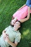 Couples dans l'amour en stationnement Photo stock