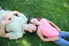 Couples dans l'amour en stationnement Photos libres de droits