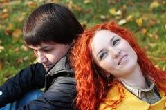 Couples dans l'amour en stationnement d'automne Photo libre de droits