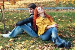 Couples dans l'amour en stationnement d'automne Images stock