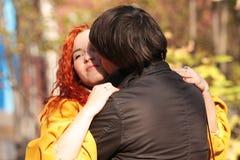 Couples dans l'amour en stationnement d'automne Photographie stock libre de droits