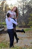 Couples dans l'amour en stationnement d'automne Photographie stock