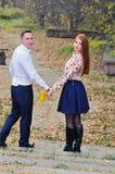 Couples dans l'amour en stationnement d'automne Image libre de droits