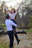 Couples dans l'amour en stationnement d'automne Images libres de droits