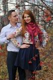 Couples dans l'amour en stationnement d'automne Photos libres de droits