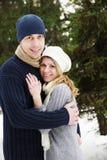 Couples dans l'amour en stationnement en hiver Photographie stock libre de droits