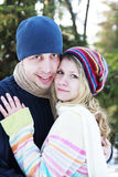 couples dans l'amour en stationnement en hiver Photo stock