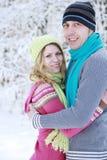 Couples dans l'amour en stationnement en hiver Images libres de droits