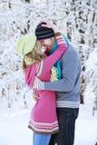 Couples dans l'amour en stationnement en hiver Photos stock