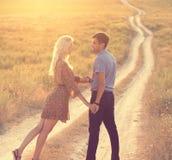 Couples dans l'amour ensemble dans l'heure d'été Image stock