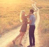 Couples dans l'amour ensemble dans l'heure d'été Photo libre de droits