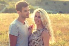 Couples dans l'amour ensemble dans l'heure d'été Image libre de droits