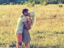 Couples dans l'amour ensemble dans l'heure d'été Photos stock