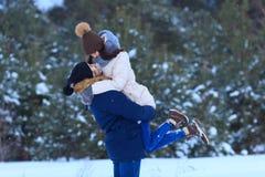 Couples dans l'amour ensemble pendant des vacances d'hiver Photos libres de droits