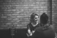 Couples dans l'amour entrevue d'emploi d'homme d'affaires et de dame dans la robe rouge entrevue d'emploi de femme d'affaires et  Photos stock