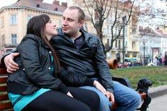 Couples dans l'amour et le banc Image stock