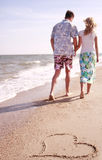 Couples dans l'amour et le coeur de la mer Images libres de droits