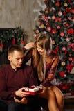 Couples dans l'amour et le Noël Photographie stock