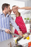 Couples dans l'amour faisant cuire ensemble dans la cuisine - position de jeune femme Photos stock