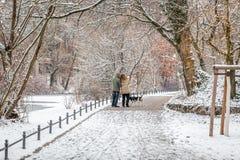 Couples dans l'amour faisant un selfie dans la neige avec un chien Photographie stock