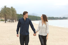 Couples dans l'amour faisant un tour sur la plage Photo libre de droits