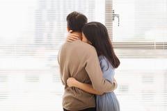 Couples dans l'amour Femme étreignant son mari Images stock