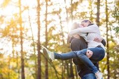 Couples dans l'amour, femme de transport d'homme dans des ses bras Image stock