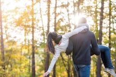 Couples dans l'amour, femme de transport d'homme dans des ses bras Photo stock