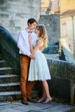 Couples dans l'amour flânant autour d'un vieux château Photos stock