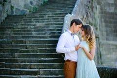 Couples dans l'amour flânant autour d'un vieux château Photographie stock