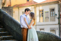 Couples dans l'amour flânant autour d'un vieux château Images libres de droits