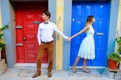 Couples dans l'amour flânant autour d'un vieux château Photo stock