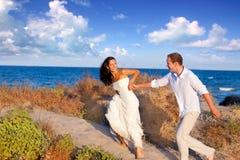 Couples dans l'amour fonctionnant à la plage Image libre de droits