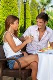 Couples dans l'amour grillant dehors dans un jour chaud Photographie stock libre de droits