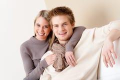 Couples dans l'amour - heureux détendez à la maison ensemble Photos stock
