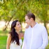 Couples dans l'amour heureux en stationnement vert extérieur Images stock