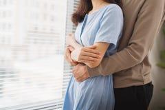 Couples dans l'amour Homme étreignant son épouse Images libres de droits
