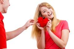 Couples dans l'amour Homme donnant le coeur de rouge de femme Photos libres de droits