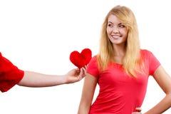 Couples dans l'amour Homme donnant le coeur de rouge de femme Images libres de droits