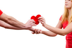 Couples dans l'amour Homme donnant le coeur de rouge de femme Image stock