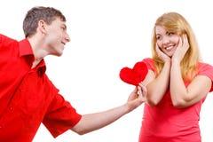 Couples dans l'amour Homme donnant le coeur de rouge de femme Photo stock