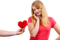 Couples dans l'amour Homme donnant le coeur de rouge de femme Images stock