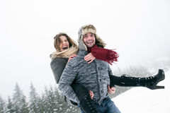 Couples dans l'amour, homme donnant le ferroutage de femme Nature de l'hiver Photographie stock