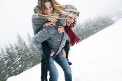 Couples dans l'amour, homme donnant le ferroutage de femme Nature de l'hiver Photo libre de droits