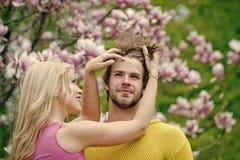 Couples dans l'amour Homme et femme au printemps, Pâques Flovers de ressort Photo stock